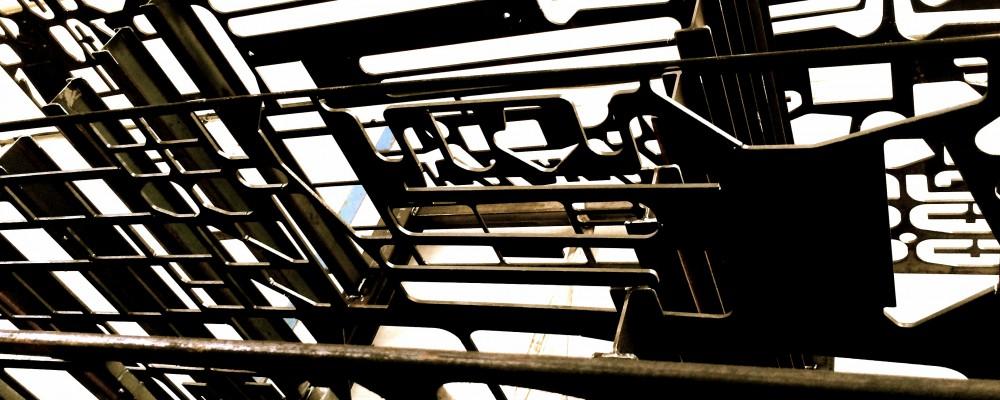 Plaques d'acier découpée par une oxycoupeuse.